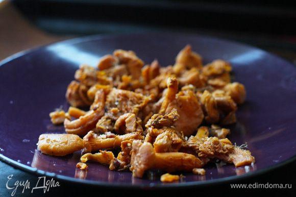 В это время обжарить на оливковом масле лисички с небольшим количеством соли и разложить их в тарелки для подачи.
