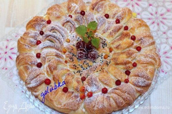 Затем снимаем полотенце, переводим t до 190°С и выпекаем пирог 20-25 минут. Проверяйте готовность пирога на «сухую спичку». Подрумянившийся пирог смазываем взбитым желтком. Серединку пирога посыпаем кунжутом и отправляем пирог на 2-3 минуты в духовку.