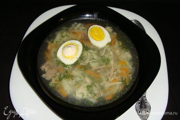 Лапшу разлить по тарелкам, положить по 1/2 вареного яйца и посыпать укропом. Приятного аппетита!