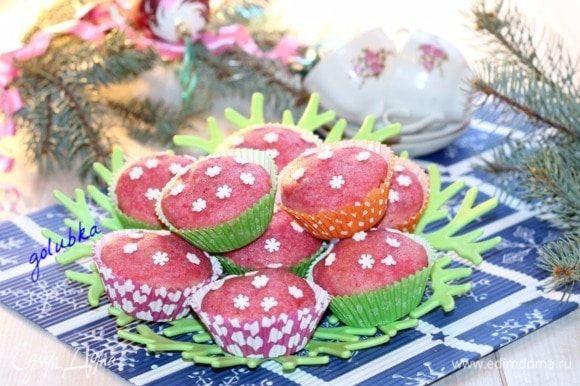 Немного просохшие кексы, украшаем кондитерским декором или сахарной пудрой.