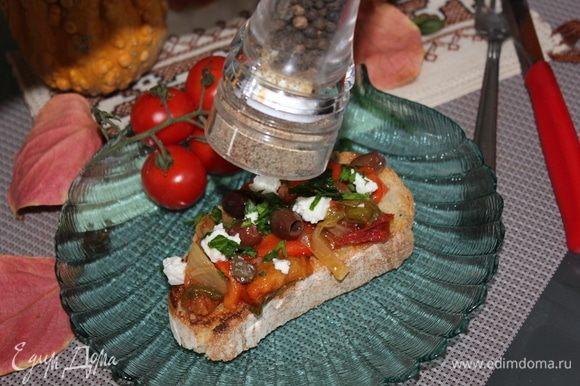 Добавить оливки, брынзу или рикотту (а можно и обычный творог), свежемолотый перец, порубленную петрушку.