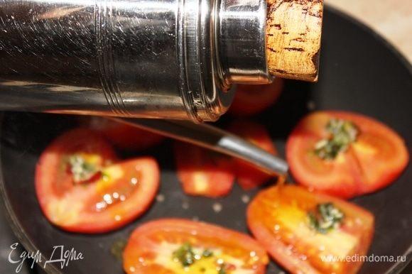 Тем временем разрезать помидоры пополам, вырезать серединки, выложить на раскаленную сковороду. На каждую половину томатов выложить порубленную смесь петрушки, соли, пеперончино (без масла). Накрыть крышкой, оставить томиться на 4–5 минут на большом огне. После этого добавить оливковое масло Extra Virgin и накрыть снова крышкой, убавив огонь до среднего. Томаты можно даже не проверять, а снять их с огня, когда все остальное будет готово.