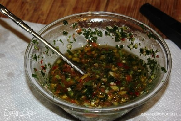 Добавить соль, свежемолотый черный перец. Хорошо перемешать. Дать немного настояться, пока готовятся овощи.