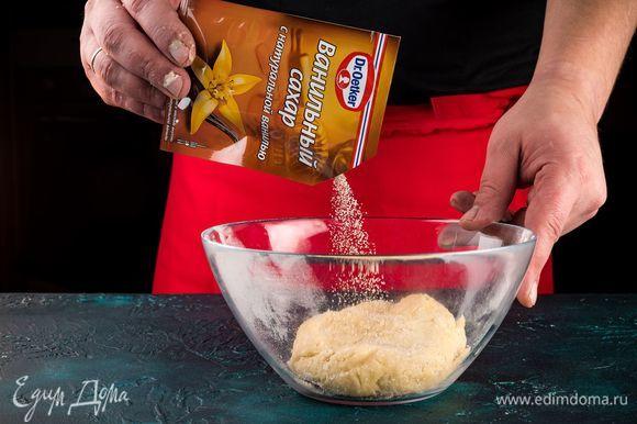В глубокой емкости смешайте муку с дрожжами, желтково-масляную смесь, 80 мл молока, яйца, ванильный сахар с натуральной ванилью Dr. Oetker. Все хорошо перемешайте и замесите тесто.