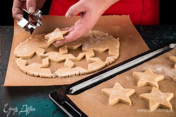 Тесто раскатайте в пласт толщиной 8 мм. С помощью формочек вырежьте фигурные заготовки пряников. Противень застелите пергаментом, выложите заготовки на расстоянии друг от друга. Выпекайте пряники в течение 10 минут при 180°С.