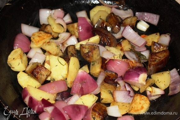 Таким образом, у нас 2 сковороды на огне. В одной — лук и морковь, в другой — баклажан, картофель со специями и чесноком томятся под крышкой. Я сделала так: переложила только лук из сковороды с морковью в сковороду с картофелем, накрыла крышкой и продолжила готовить.