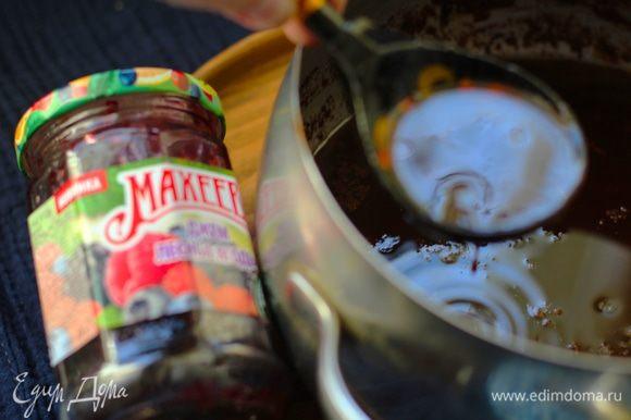 Положить в сотейник сливочное масло, мед, приправу для пряников, какао и джем ТМ «МахеевЪ» (у меня из лесных ягод). Все вместе нагреть (не допускать кипения), до полного растворения сливочного масла, периодически помешивая. Остудить. Муку просеять вместе с разрыхлителем и содой.