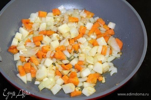 Морковь, лук, сельдерей измельчить и обжарить на растительном масле несколько минут.