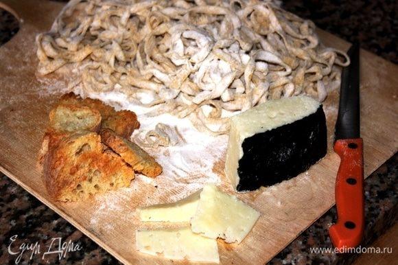 Тем временем, подготовить тальятелле, нарезать пекорино романо для украшения и подсушенные хлебные сухари. Сухари разломать руками или измельчить достаточно крупно.