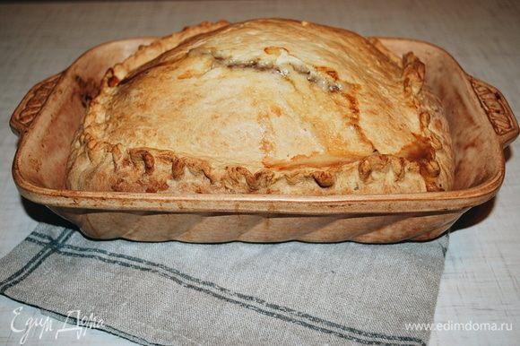 Достаем пирог, накрываем его и даем ему постоять 15 минут.