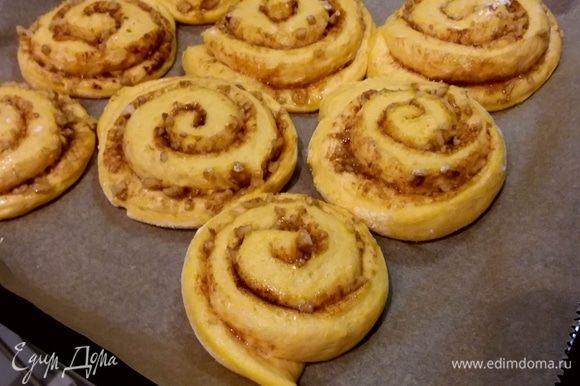 Выпекать булочки в заранее разогретой до 180°С духовке 15 минут. Остудить на решетке.