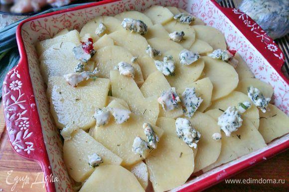 Залить водой (также можно бульоном - куриным либо овощным), посыпать мелко порезанным сыром (я почти всегда использую моцареллу) и кусочками сливочного масла.