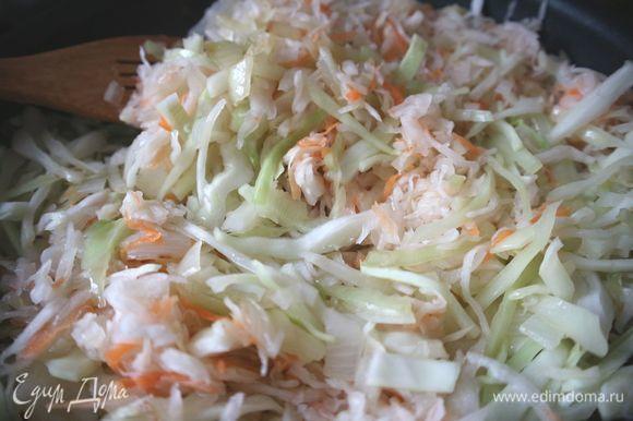 Обжарить слегка лук на оливковом масле. Добавить порезанную мелко свежую капусту, соль, сахар, тушить лук и капусту до полуготовности, добавить квашеную капусту.