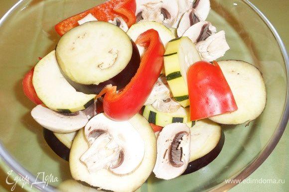 Сложить все овощи в миску.
