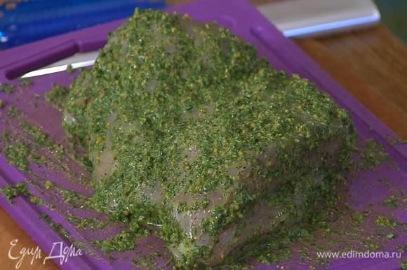 Грудку индейки часто наколоть ножом, вставить в разрезы чеснок, затем со всех сторон натереть зеленым маринадом и поместить в рукав для выпечки.
