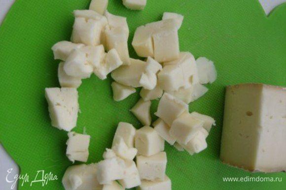 Сыр порезать кубиками. Если такого сыра нет, то можно взять 3 ст. ложки тертого пармезана и 50 грамм холодного сливочного масла, порезанного кубиком.