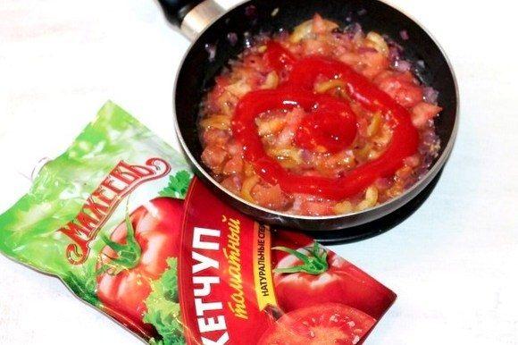 Затем добавляем томатный кетчуп ТМ «МахеевЪ» и по вкусу: соль, щепотку сахара и лимонный сок.