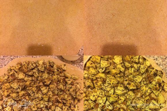 Духовку нагреть до 180°С. Тесто раскатать тонким слоем, смазать 1 ст. л. растопленного сливочного масла. Затем посыпать сухарями.тВыложить начинку и сверуть в рулет.