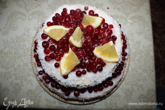 Чтобы зажелировать ягоды на торте, используйте желе для торта. Можно полить их сверху из ложки, аккуратно.