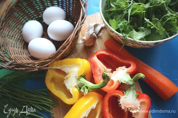 Сладкий перец разрезать на половинки, освободить от семенной части и плодоножек. Морковь почистить.