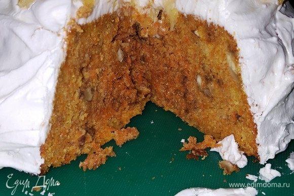 Делаем глазурь. Взбиваем белок от одного яйца с щепоткой соли на большой скорости, примерно 1 минуту. Добавляем просеянную сахарную пудру, лимонную кислоту и ванильный сахар. Взбиваем смесь до пышности. Намазываем пирог глазурью и украшаем нарезанным мелкими кубиками апельсином (с которого мы сняли цедру).