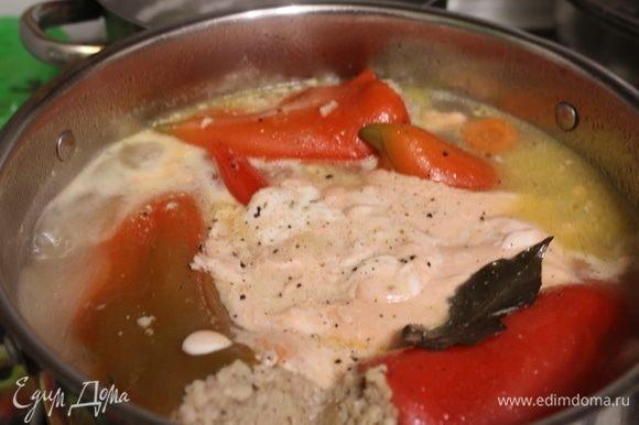 Добавить к перцам смесь сметаны и томатного кетчупа, черный молотый перец, лавровый лист.