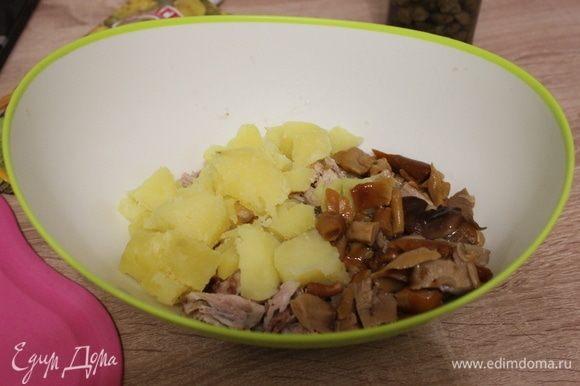 Картофель нарезать кубиками, грибы, если крупные — нарезать небольшими кусочками.