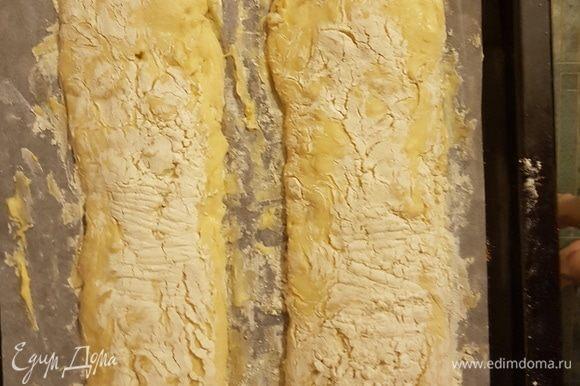 Ставим хлеб в духовку, не вынимая воду. Выпекаем 20–25 минут. Корочка выходит темная. Через 20 минут проверяем постукиванием по хлебу. Если звук глухой и сильный — готово.