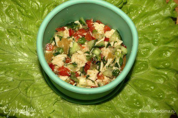 Достаем из холодильника тарелку с листьями салата. Выкладываем на листья слайс из хурмы. Сверху кладем салат. Не обязательно использовать кольцо. Просто у меня идеально совпал диаметр слайса с кольцом.
