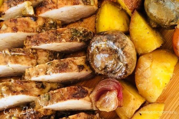 Готовое мясо достать из духовки, накрыть фольгой и дать отдохнуть 5 минут.