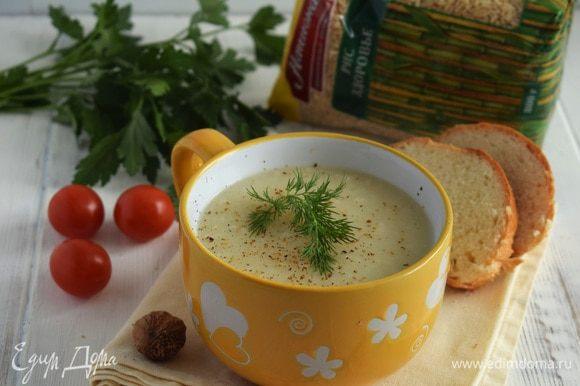 Пюрировать суп погружным блендером, приправить по вкусу солью и перцем. При подаче на суп натереть мускатный орех и украсить зеленью. Приятного аппетита!