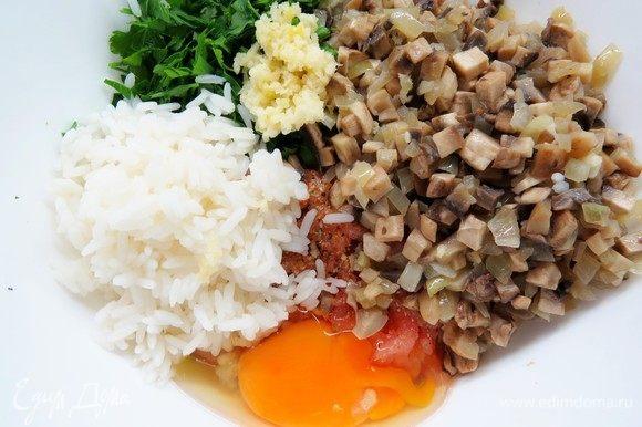 Зелень петрушки мелко нарезать, чеснок пропустить через чеснокодавку. Добавить к фаршу остывшие грибы, чеснок, петрушку и яйцо. Посолить и поперчить по вкусу, хорошо перемешать.