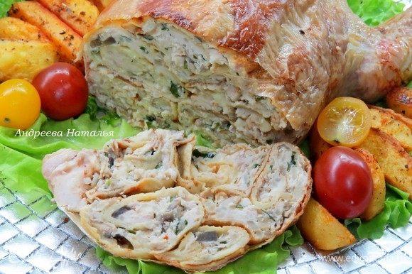 Нарезаем на порционные кусочки и наслаждаемся, блюдо получается невероятно вкусным и сочным. С наступающими праздниками!