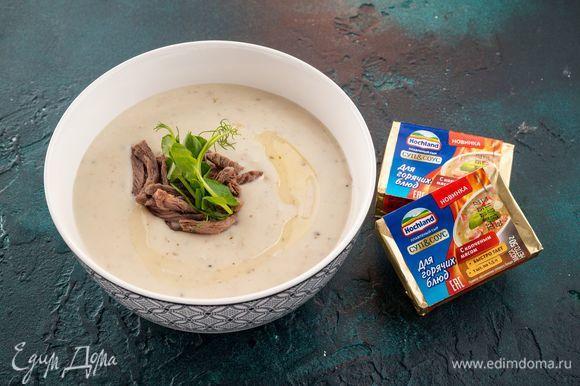 Снимите суп с огня, добавьте специи и мясо, а при подаче положите в каждую тарелку немного рубленой зелени. Приятного аппетита!
