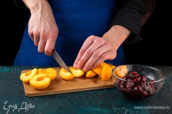 Удалите косточки из вишни, разрежьте абрикосы на несколько частей.