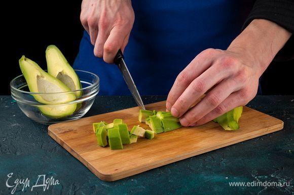 Разрежьте пополам авокадо, удалите косточку и отделите кожуру.