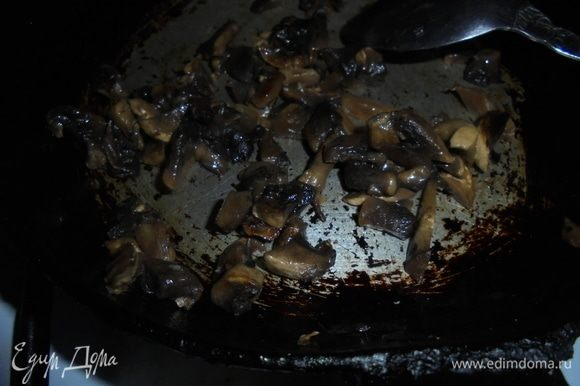 Обжарить шампиньоны на растительном масле до готовности, посолить и поперчить по вкусу.