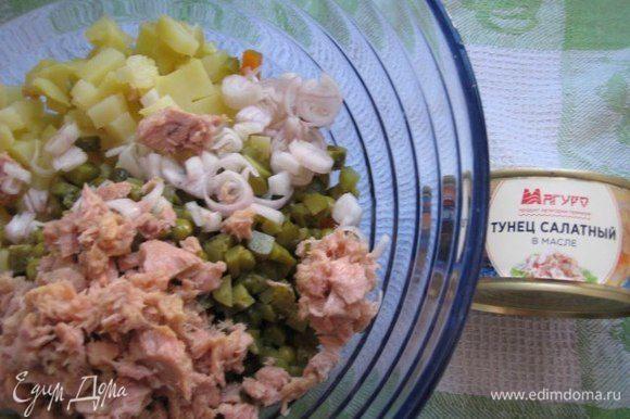 Слить масло с тунца ТМ «Магуро», добавить в салат.