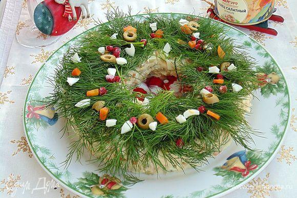 Украсить салат сверху укропом, кусочками овощей, колечками оливок, ягодами брусники. Приятного аппетита!
