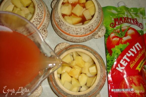 Томатный кетчуп ТМ «МахеевЪ» развести в воде и разлить по горшочкам. Посыпать мелко нарезанным укропом.