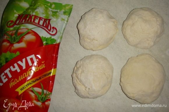 Теперь замесим тесто для крышечек. В просеянную муку добавить соль, яйцо, влить воду и замесить тесто, если тесто получается жидковатым, добавьте еще немного муки. Тесто разделить на 4 части.