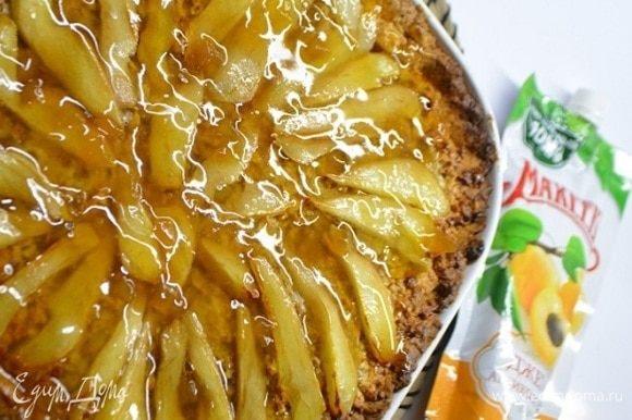 Горячий пирог смазать смесью абрикосового джема ТМ «МахеевЪ» с коньяком.