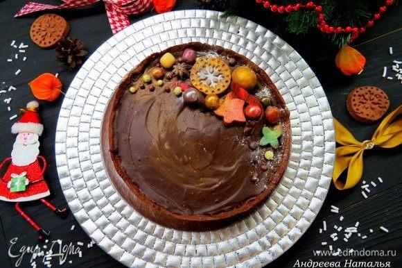 Украшаем тарт по желанию и возможностям. У меня украшен шоколадным печеньем, которые я сделала из остатков шоколадного песочного теста, шоколадной лентой, кондитерскими бусинами и посыпкой.