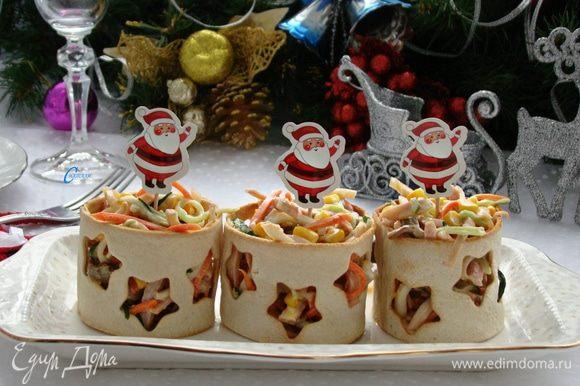 А можно подавать порционно, в хлебных стаканчиках, которыми будет приятно похрустеть с салатиком.