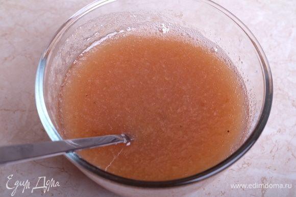 В горячее пюре добавляем 200 г сахара. Перемешиваем до полного растворения сахара. Оставляем остывать до комнатной температуры.
