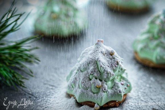 Готовим смесь сахарной пудры с крахмалом. Посыпаем елочки смесью через сито.