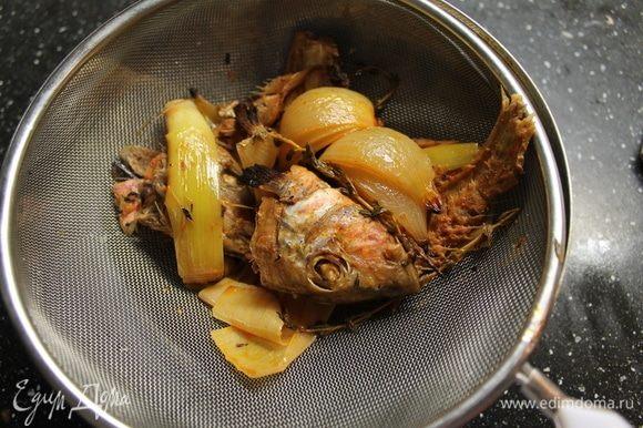 Процеживаем через сито и отправляем жидкость обратно в кастрюлю, добавляем теплые сливки и сливочное масло, хорошо перемешиваем, доводим до вкуса солью и белым перцем. Ставим на слабый огонь и идем готовить.
