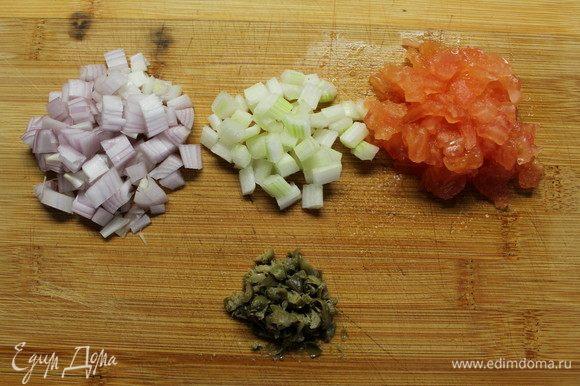 Теперь нарезаем все мелким кубиком. Добавляем рубленые каперсы, свежемолотый перец, соль. Заправляем оливковым маслом и перемешиваем. Убираем в холодильник.