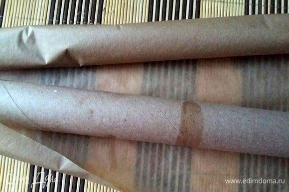 Необходимо сделать заготовку из плотной картонной трубочки, завернуть ее в пергаментную бумагу. На нее будем накручивать готовые коржи.