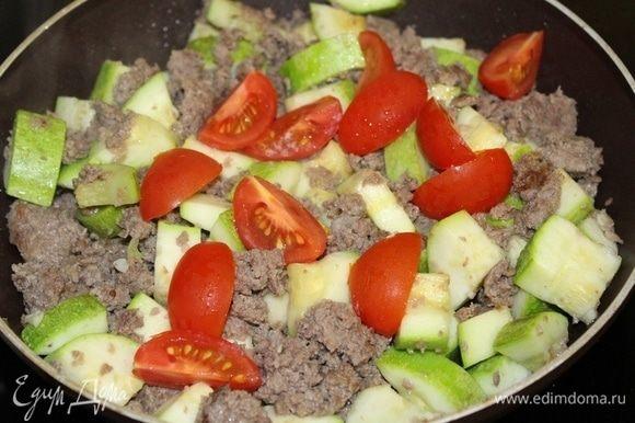 Соединить картофель и фарш, порезанные помидоры черри.